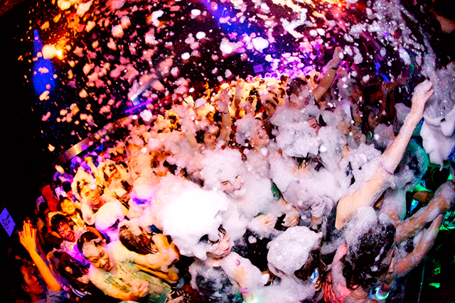 仮装しながら泡まみれ! 最狂のハロウィンパーティー開催!