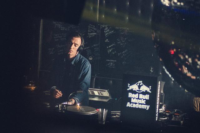 【最速レポ】マシュー・ジョンソン、ベンジ・B達の会場一体となる熱演! music141107_rbma-sinewave_2