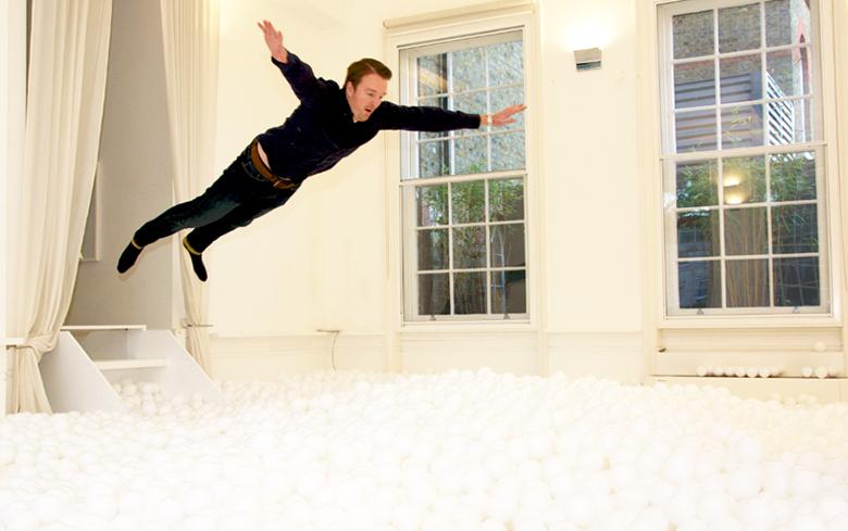 5万個の白いボールに埋もれる!日本初上陸パーティー<たまパ> art160210_tamapa_2