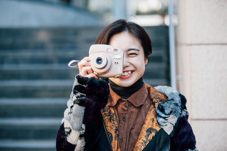 """美女注意!素顔が気になる""""チェキを撮る女子""""スナップ life160216_chekijyoshi_013-1"""