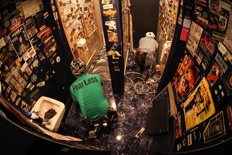 ライブハウスでトイレ工事とノイズバンドによる異種対決 music160215_outbreake_11