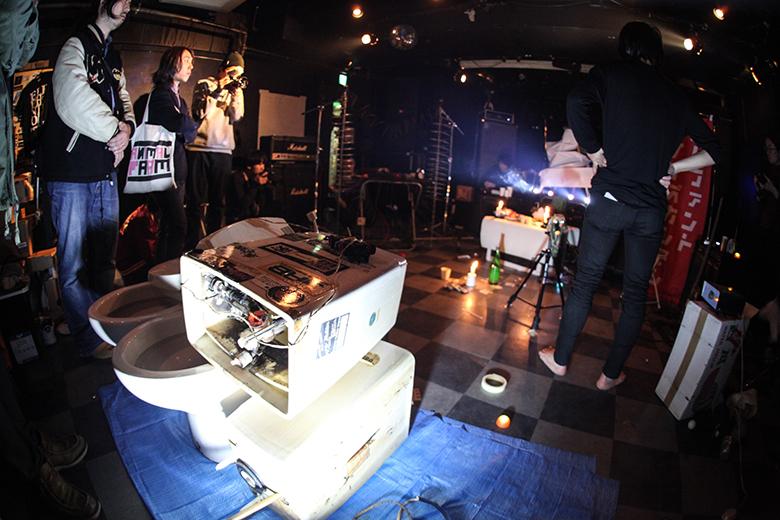 ライブハウスでトイレ工事とノイズバンドによる異種対決 music160215_outbreake_4