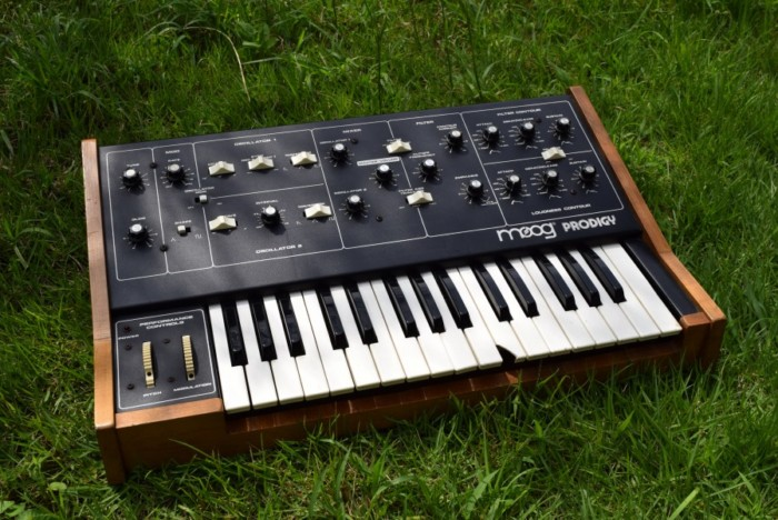 80年代にモーグから入門機として発売された『Moog Prodigy』の演奏と、アナログ・シンセの魅力 09bbc67ecb3712daf0966a96c43dfd95-700x468
