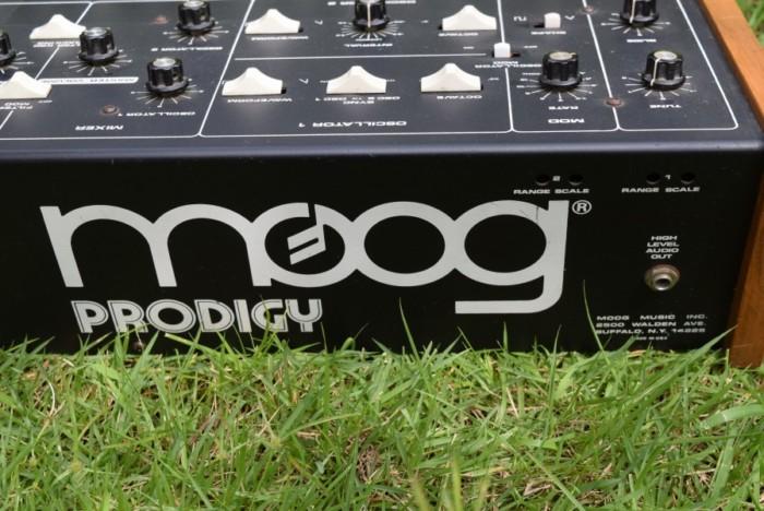 80年代にモーグから入門機として発売された『Moog Prodigy』の演奏と、アナログ・シンセの魅力 2328bc9cdd65dcead29a0e12954b6679-700x468