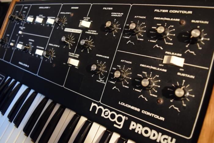 80年代にモーグから入門機として発売された『Moog Prodigy』の演奏と、アナログ・シンセの魅力 7d6fc96bccca94e5025310f044ae390a-700x468