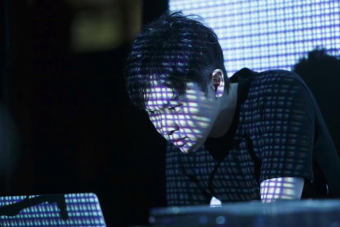 坂本龍一、Kyokaもコメント!電子音楽レーベルの最高峰〈ラスター・ノートン〉20周年記念ツアー UenoMasaaki_ElectricCampfire14cVillaMassimoFotoAlbertoNovelli-700x467