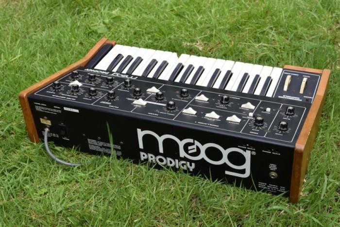 80年代にモーグから入門機として発売された『Moog Prodigy』の演奏と、アナログ・シンセの魅力 fccbd6a92ff21d1c42d976f5540078eb-700x468