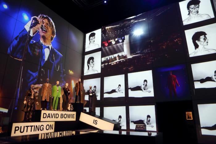 デヴィッド・ボウイの大回顧展開催!北野武、坂本龍一のインタビュー上映、日本独自コーナーも! music161003_davidbowieis_4-700x467