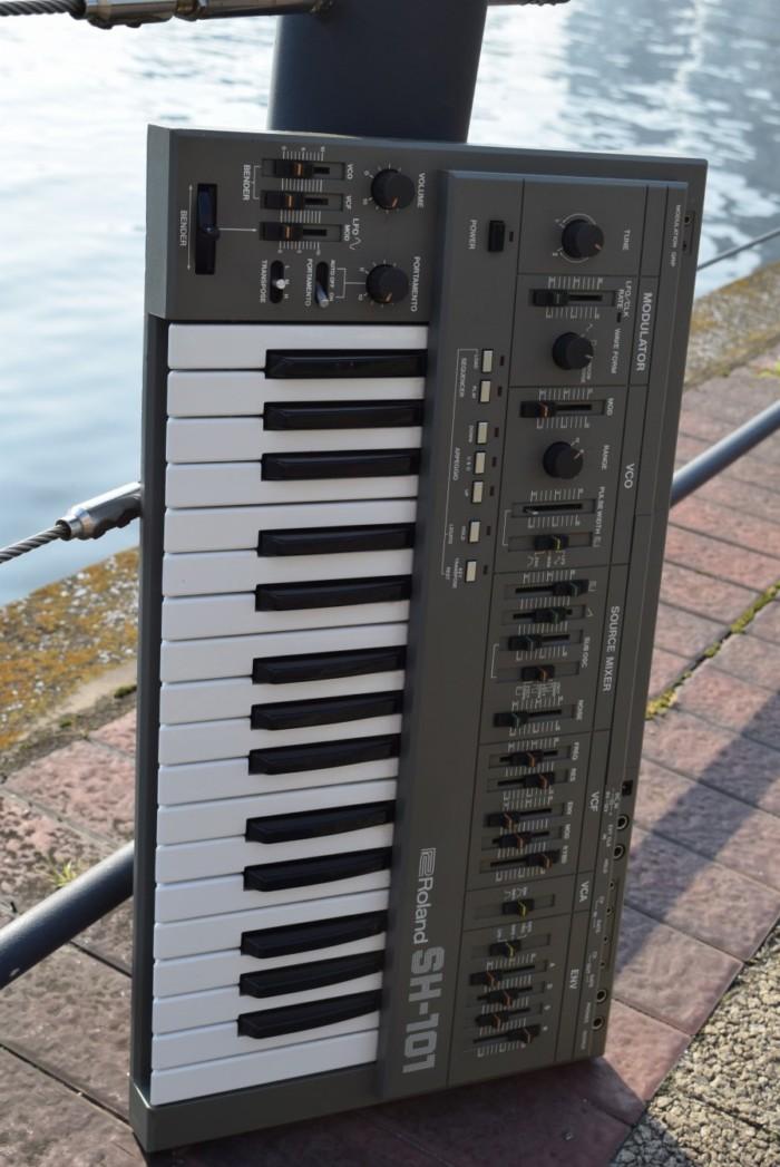 80年代にローランドが発売した人気のアナログ・シンセ、ローランド『SH-101』の演奏と、その魅力。 09bbc67ecb3712daf0966a96c43dfd95-700x1047