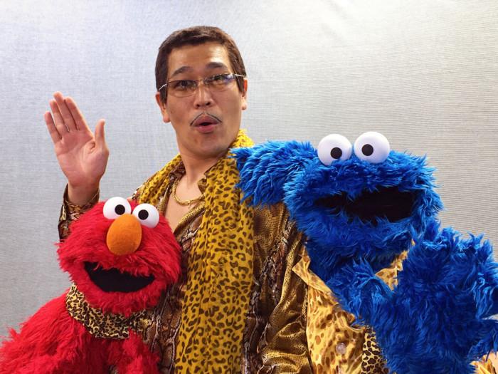 """ピコ太郎、セサミストリートとコラボ!エルモとクッキーモンスターに""""PPAP""""指導?!"""