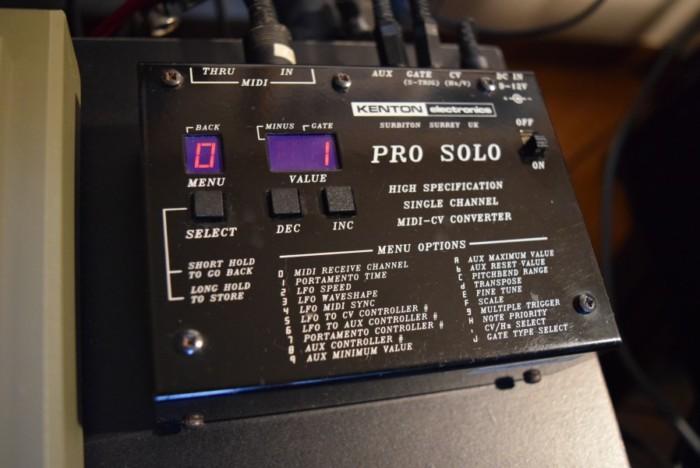 80年代にローランドが発売した人気のアナログ・シンセ、ローランド『SH-101』の演奏と、その魅力。 2328bc9cdd65dcead29a0e12954b6679-700x468