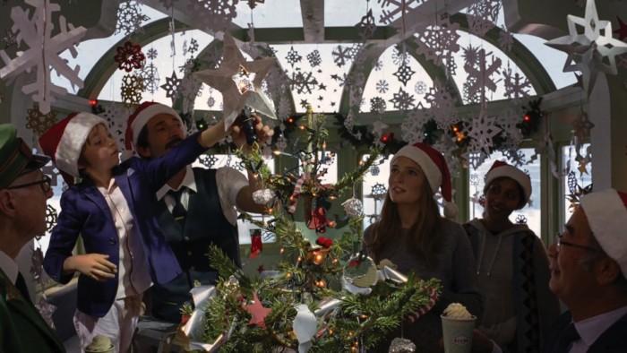 『グランド・ブタペスト・ホテル』の世界観再び!?ウェス・アンダーソン監督が描くH&M×クリスマス! 6a1e0221b7ecf07796ae9f58c3d7d7cc-700x394
