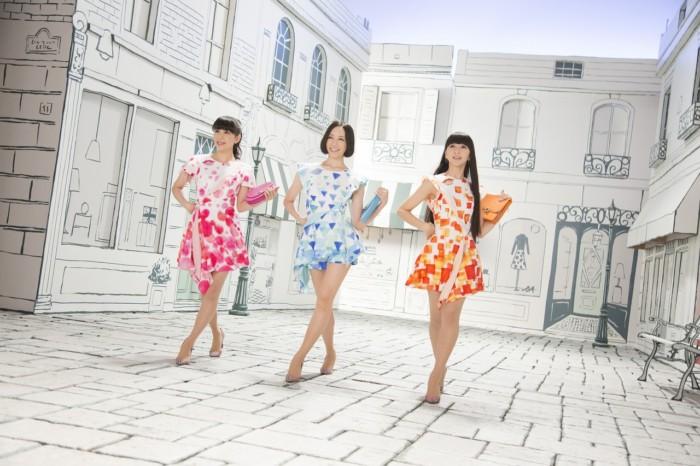 Perfume、石畳の上でもハイヒールで華麗なダンス!「Ora2(オーラツー)」新CM bdd45e410fb44c1b6397197c8945b131-700x466
