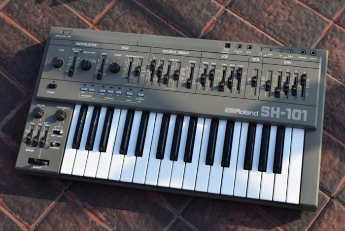 80年代にローランドが発売した人気のアナログ・シンセ、ローランド『SH-101』の演奏と、その魅力。 fccbd6a92ff21d1c42d976f5540078eb-700x468