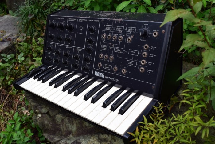 往年のアナログ・シンセ、コルグ 『MS-10』とルーパーを組み合わせた演奏。その魅力 09bbc67ecb3712daf0966a96c43dfd95-700x468