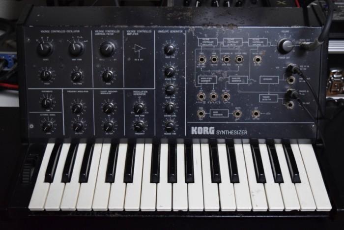 往年のアナログ・シンセ、コルグ 『MS-10』とルーパーを組み合わせた演奏。その魅力 2328bc9cdd65dcead29a0e12954b6679-700x468