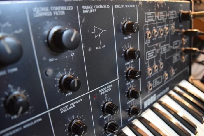 往年のアナログ・シンセ、コルグ 『MS-10』とルーパーを組み合わせた演奏。その魅力 7d6fc96bccca94e5025310f044ae390a-700x468