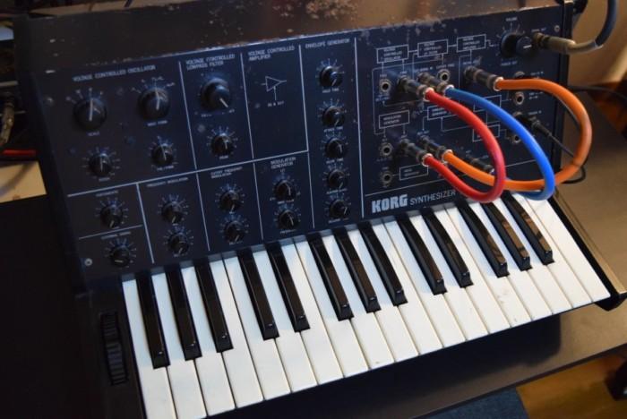 往年のアナログ・シンセ、コルグ 『MS-10』とルーパーを組み合わせた演奏。その魅力 f619f8c20d32bc53c8cbe1af6aee5415-700x468