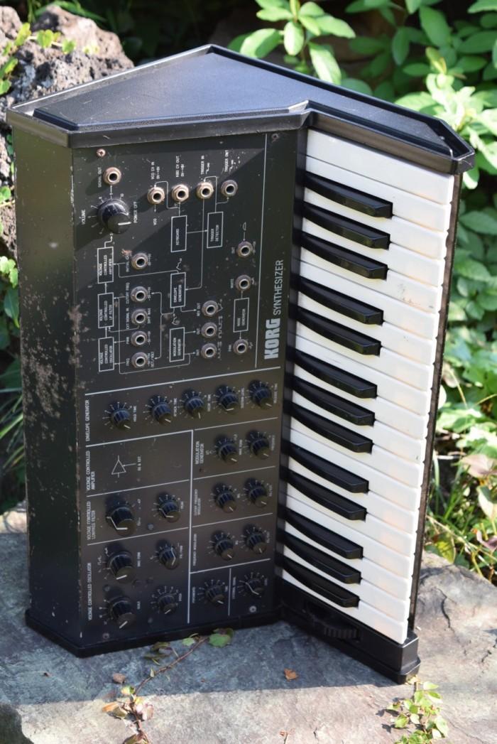 往年のアナログ・シンセ、コルグ 『MS-10』とルーパーを組み合わせた演奏。その魅力 fccbd6a92ff21d1c42d976f5540078eb-700x1047