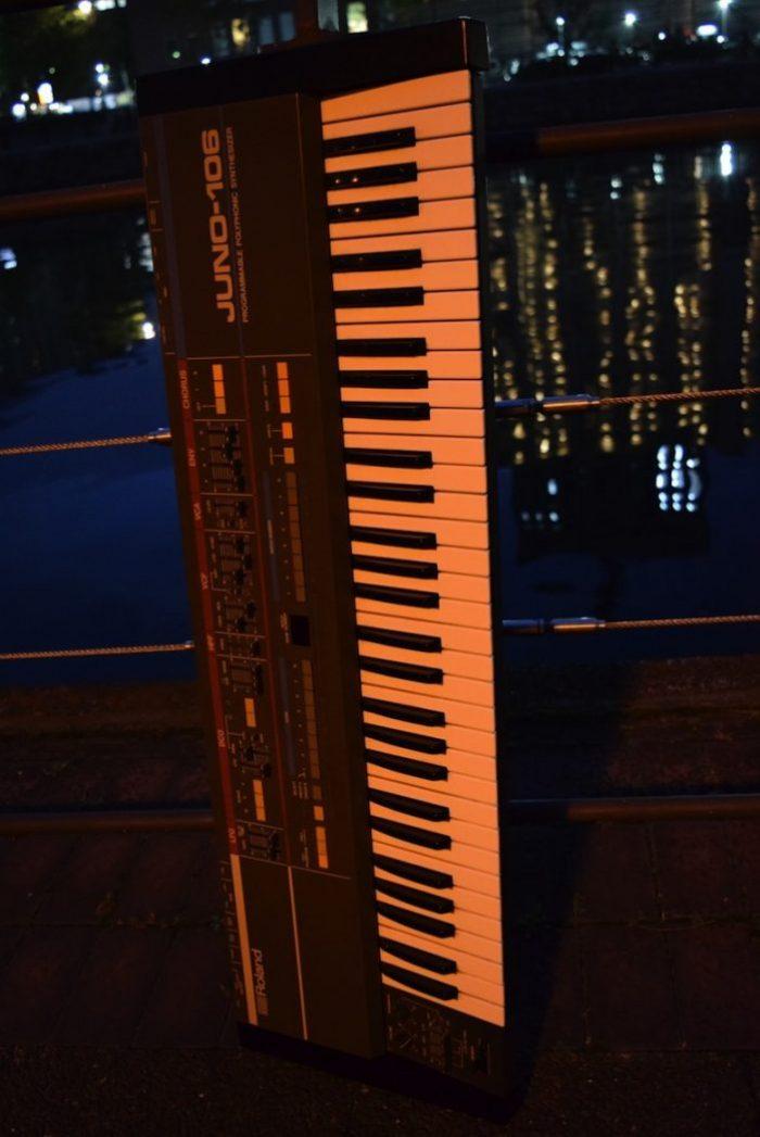 ローランドが80年代に発売し、テクノ・ハウス系ユーザーに人気が高かった『JUNO-106』のサウンドと魅力 Te170102_ju06_1-700x1047