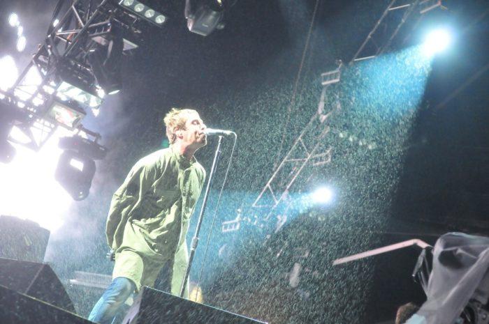 『オアシス フジロックフェスティバル'09』場面写真が公開!リアム・ギャラガーの躍動感溢れる熱唱シーンは必見! music_170125_oasis_1-700x465