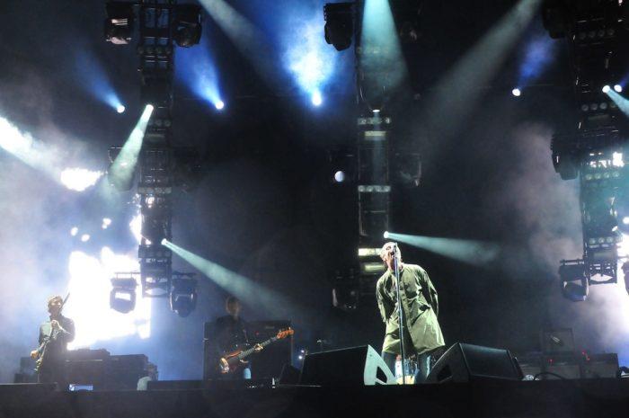 『オアシス フジロックフェスティバル'09』場面写真が公開!リアム・ギャラガーの躍動感溢れる熱唱シーンは必見! music_170125_oasis_3-700x465
