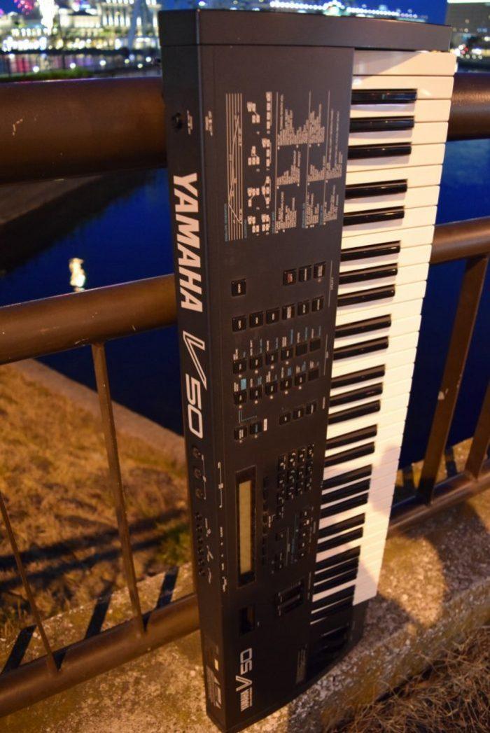 80年代後期にヤマハから発売された、FM音源、オール・イン・ワン・シンセサイザー『V50』のサウンドと魅力 09bbc67ecb3712daf0966a96c43dfd95-700x1047