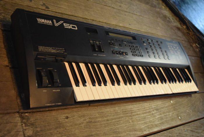 80年代後期にヤマハから発売された、FM音源、オール・イン・ワン・シンセサイザー『V50』のサウンドと魅力 2328bc9cdd65dcead29a0e12954b6679-700x468