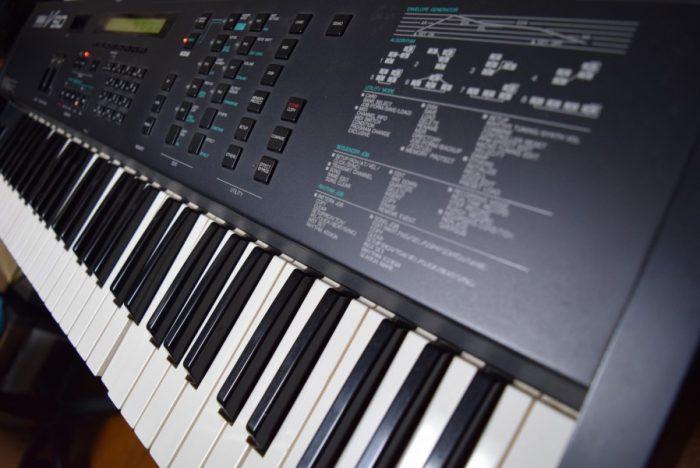 80年代後期にヤマハから発売された、FM音源、オール・イン・ワン・シンセサイザー『V50』のサウンドと魅力 63dbf4494ae580783e213894227e2c55-700x468