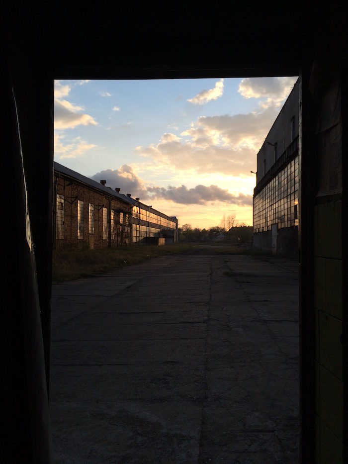 【潜入レポ】廃墟&工場好きにはたまらない!ポーランド廃工場、それはブラックメタルバンドたちの練習スタジオ 66e091bc2d19932de79e174ad215915d-700x933