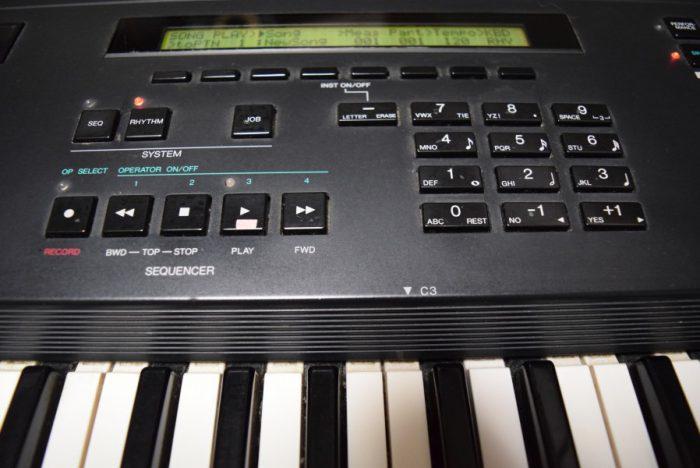 80年代後期にヤマハから発売された、FM音源、オール・イン・ワン・シンセサイザー『V50』のサウンドと魅力 ab6488025278a33feae2ab79fff886b6-700x468