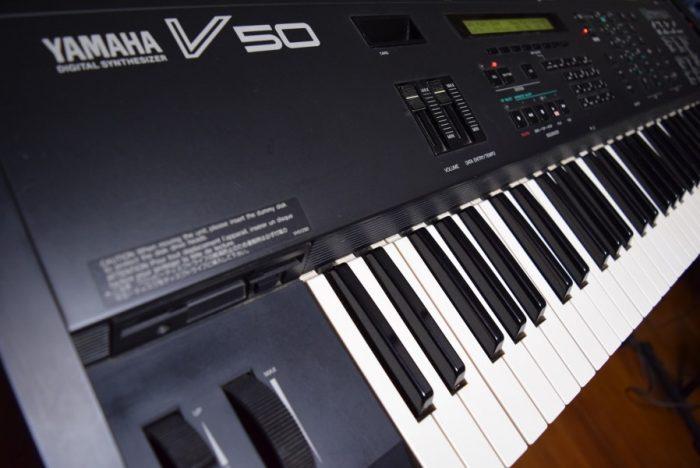 80年代後期にヤマハから発売された、FM音源、オール・イン・ワン・シンセサイザー『V50』のサウンドと魅力 f35ab3dd05d0f2965e4da55a877088f7-700x468