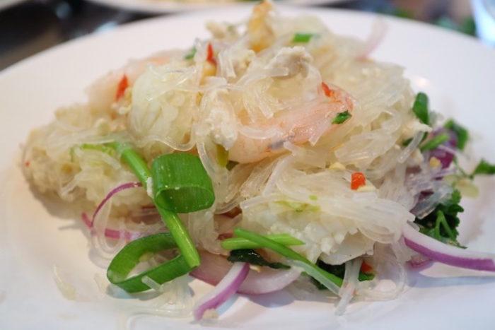 日本ナイズされていない本場タイの味、カオマンガイをパクチー特盛で!話題のお店の新店OPEN food170619_thailand999_5-700x467
