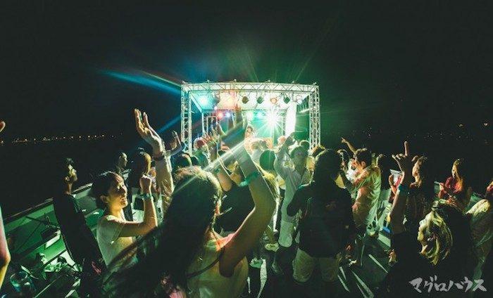 この夏注目のカオスなクルージングパーティー<船上のマグロハウス>のチケットは限定200枚! Fo170708_magurohouse_3-700x424