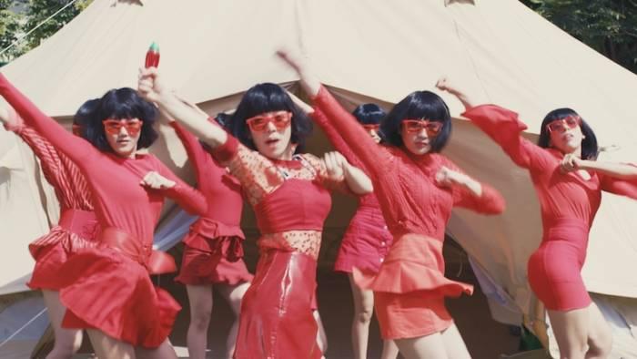 お米の虫よけ新CM でキレキレダンス!タイの街中で米唐番ガールズが舞い踊る main-8-700x394