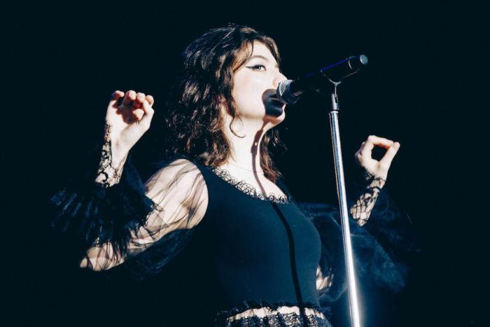 【フジロックライブ&フォトレポ】大人になって戻ってきた歌姫ロード。でも、可愛いです……! Lorde-170824_2-700x467