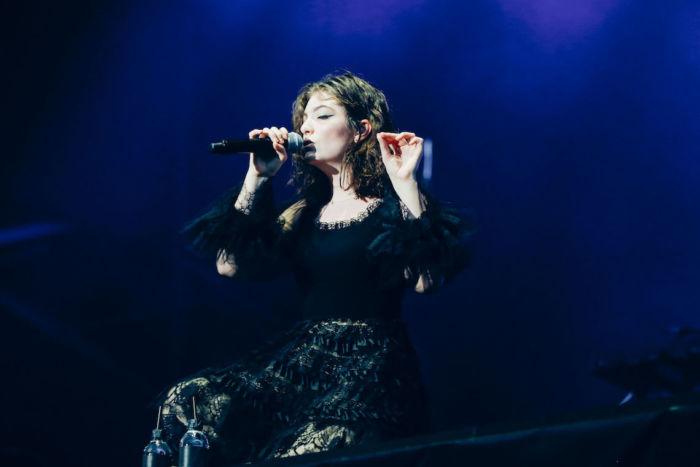 【フジロックライブ&フォトレポ】大人になって戻ってきた歌姫ロード。でも、可愛いです……! Lorde-170824_21-700x467