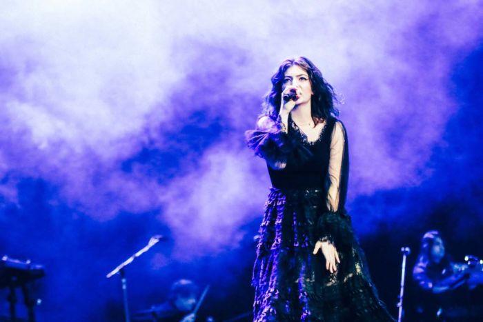 【フジロックライブ&フォトレポ】大人になって戻ってきた歌姫ロード。でも、可愛いです……! Lorde-170824_3-700x467