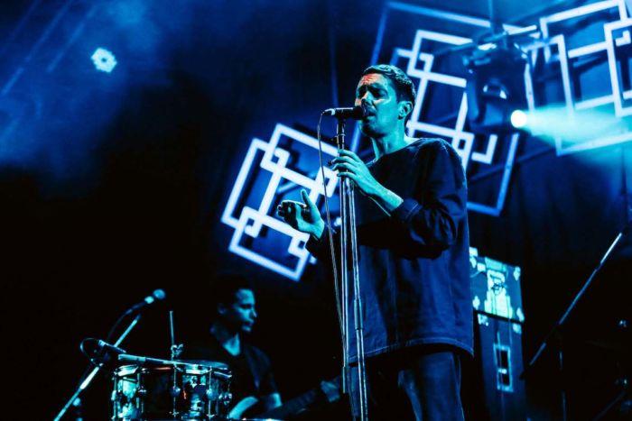 【フジロックライブ&フォトレポ】ライ、甘美で夢のようなステージ。新曲も披露! Rhye-170824_1-700x467