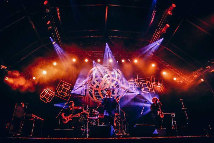 【フジロックライブ&フォトレポ】ライ、甘美で夢のようなステージ。新曲も披露! Rhye-170824_18-700x467