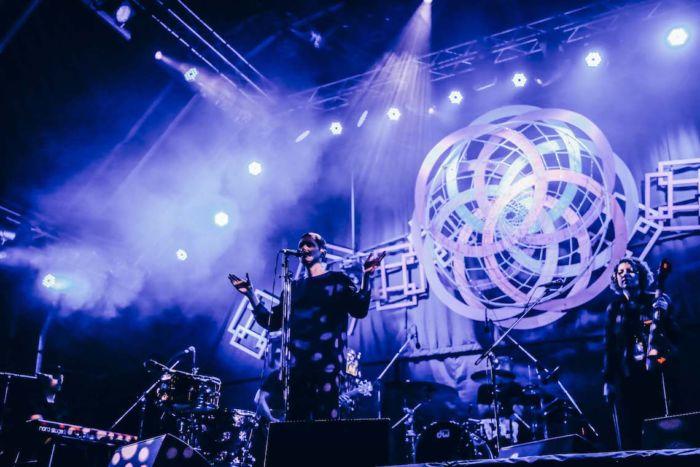 【フジロックライブ&フォトレポ】ライ、甘美で夢のようなステージ。新曲も披露! Rhye-170824_19-700x467
