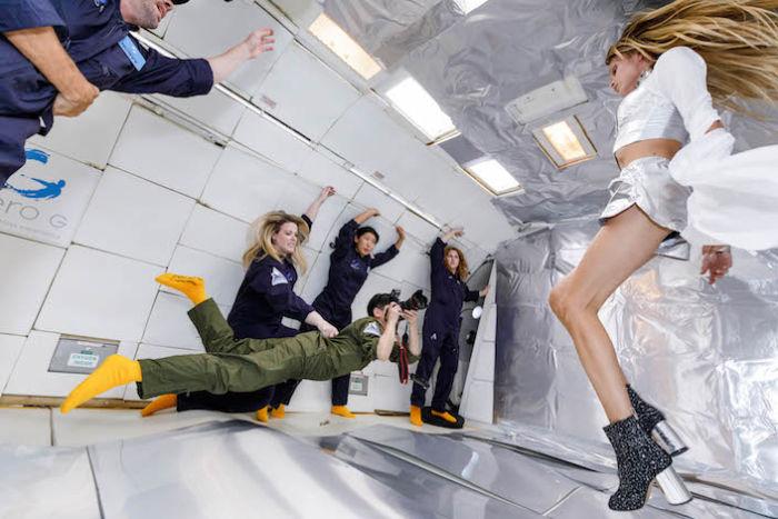 無重力空間でファッション撮影。テーマは「宇宙飛行士と美しいエイリアン」 sub13-700x467