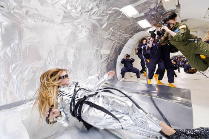 無重力空間でファッション撮影。テーマは「宇宙飛行士と美しいエイリアン」 sub2-3-700x467