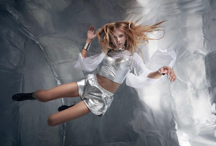 無重力空間でファッション撮影。テーマは「宇宙飛行士と美しいエイリアン」 sub8-700x475