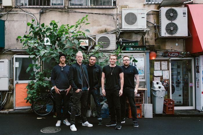 【インタビュー】ダイソン創業者の息子率いるザ・ラモナ・フラワーズ。日本との親和性、U2のようなスケール感の音楽を語る theramonaflowers_pickup6-700x467