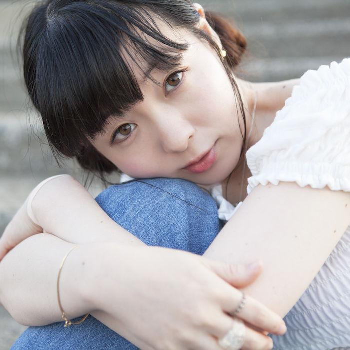 平賀さち枝の新曲MVが公開!キラキラとした眩しい光の中で歩き、歌い、スケートをする。 170913_hiragasachie_02-700x700