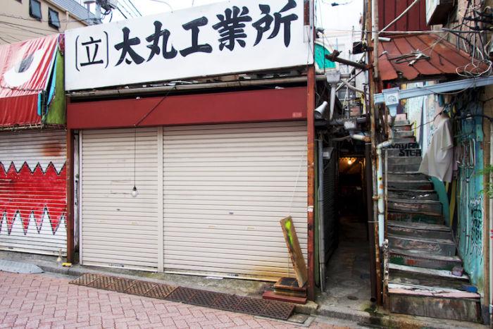 Chim↑Pom、新作個展<道が拓ける>に潜入。東京の「スクラップ&ビルド」を体感できる新たな世界 DSC05066-700x467