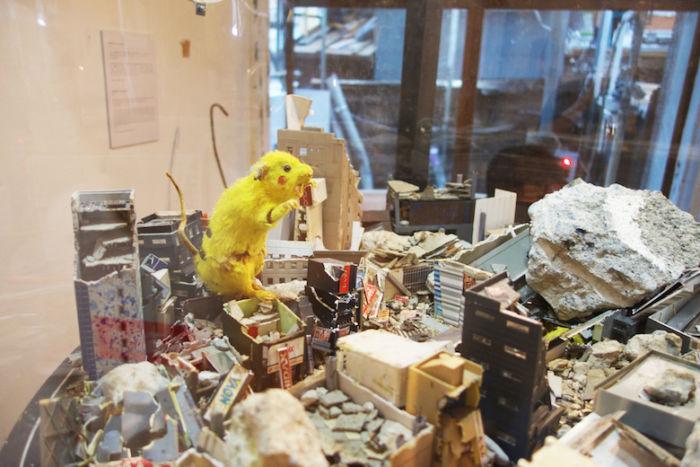 Chim↑Pom、新作個展<道が拓ける>に潜入。東京の「スクラップ&ビルド」を体感できる新たな世界 DSC05077-700x467