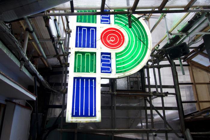 Chim↑Pom、新作個展<道が拓ける>に潜入。東京の「スクラップ&ビルド」を体感できる新たな世界 DSC05102-700x467