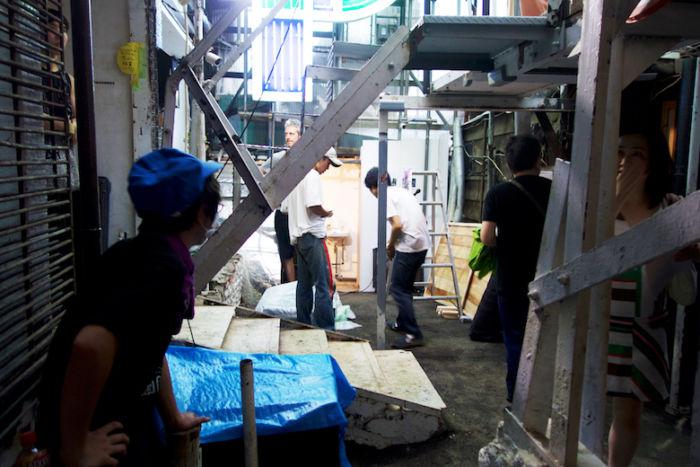 Chim↑Pom、新作個展<道が拓ける>に潜入。東京の「スクラップ&ビルド」を体感できる新たな世界 DSC05144-700x467